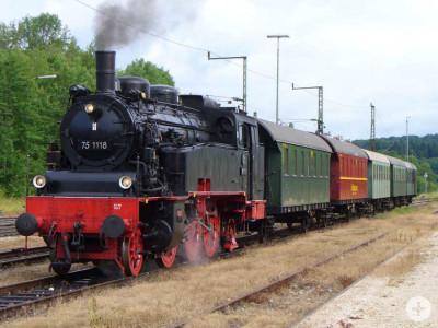 Dampfzug bei der Einfahrt in den Bahnhof
